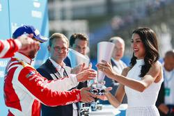 Nick Heidfeld, Mahindra Racing, riceve il suo trofeo sul podio