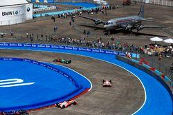 Lucas di Grassi, ABT Schaeffler Audi Sport, precede Felix Rosenqvist, Mahindra Racing, e Nick Heidfe