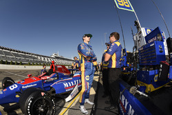Alexander Rossi, Curb Herta - Andretti Autosport Honda talks to his crew