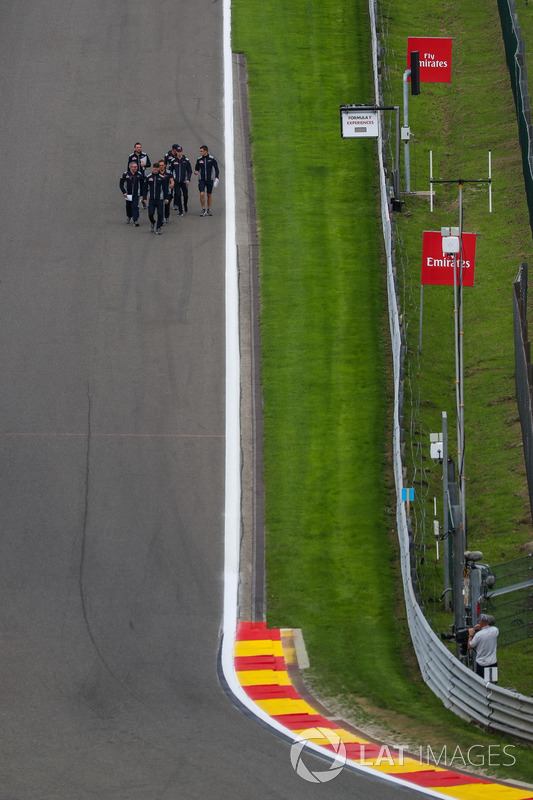 Daniil Kvyat, Scuderia Toro Rosso cammina lungo il circuito