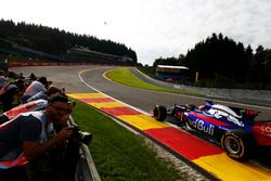 Daniil Kvyat, Scuderia Toro Rosso STR12, in der Eau Rouge