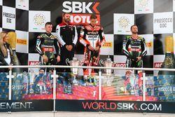 Podium: winnaar Chaz Davies, Ducati Team, 2e plaats Jonathan Rea, Kawasaki Racing, 3e plaats Tom Syk