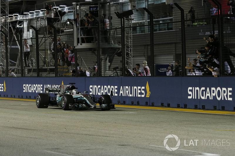 Il vincitore della gara Lewis Hamilton, Mercedes AMG F1 W08 taglia il traguardo