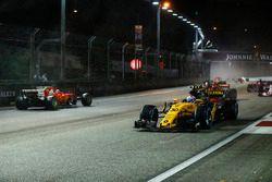 Jolyon Palmer, Renault Sport F1 Team RS17, passeert Sebastian Vettel, Ferrari SF70H