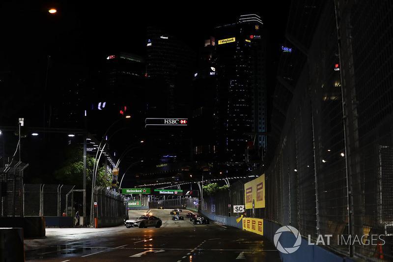 La Safety car precede Lewis Hamilton, Mercedes AMG F1 W08, Daniel Ricciardo, Red Bull Racing RB13 e Valtteri Bottas, Mercedes AMG F1 W08