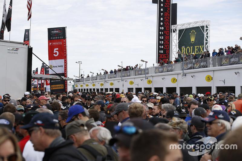 Veel fans bij de pitboxen