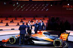 Simon Lazenby, Yusuke Hasegawa, Zak Brown, Eric Boullier und der McLaren MCL32
