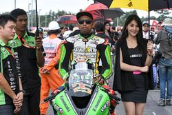 Azlan Shah with a lovely grid girl