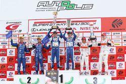 GT300 podyum: yarış galibi #25 Team Tsuchiya Toyota MC86: Takamitsu Matsui, Tsubasa Kondo, 2. #61 R&