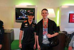 Koen Prud'homme van Reine, teammanager Go-1 Racing Team, Stedelijk Gymnasium Leiden, met Max Verstap