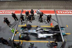 Arrêt au stand pour Valtteri Bottas, Mercedes AMG F1 W08