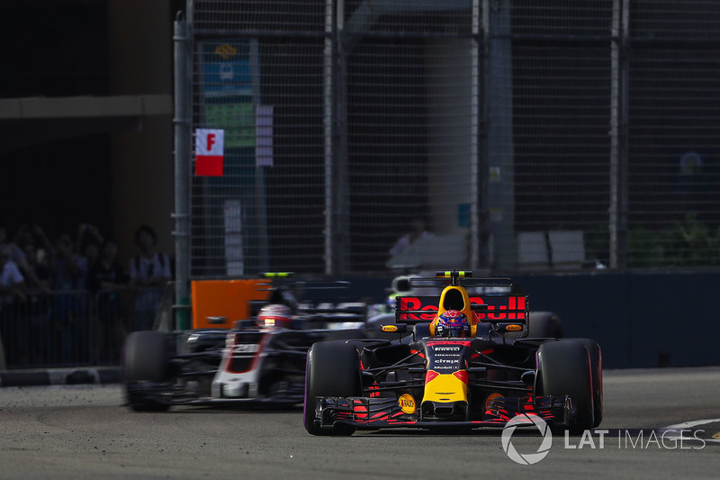 Max Verstappen, Red Bull Racing RB13, Kevin Magnussen, Haas F1 Team VF-17