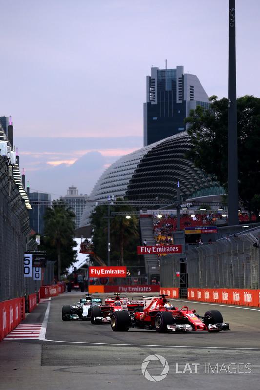 Sebastian Vettel, Ferrari SF70H, Kimi Raikkonen, Ferrari SF70H und Lewis Hamilton, Mercedes AMG F1 F1 W08
