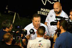 Zak Brown, directeur exécutif du McLaren Technology Group, parle aux médias