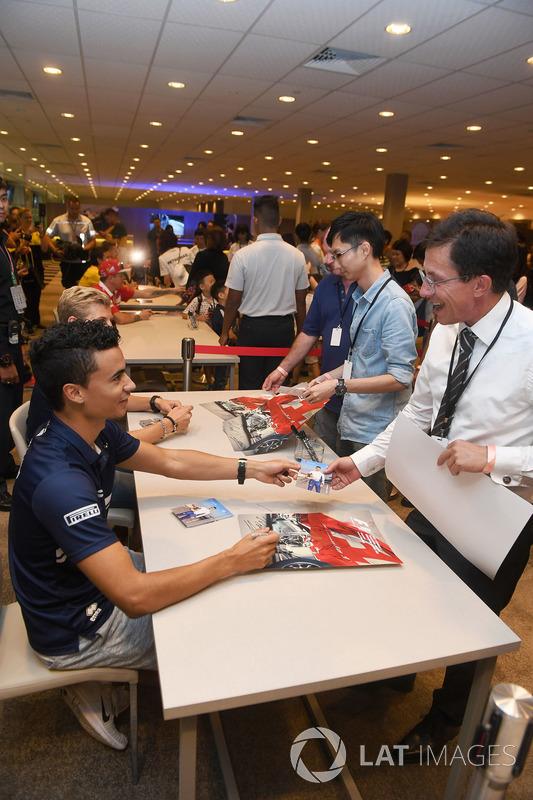 Marcus Ericsson, Sauber, und Pascal Wehrlein, Sauber, geben Autogramme