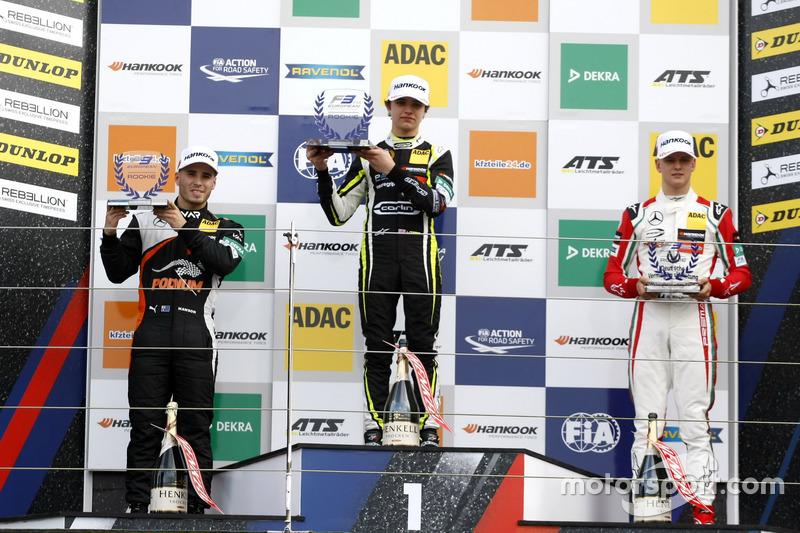 Podio novatos: Ganador de la carrera Lando Norris, Carlin, Dallara F317 - Volkswagen, segundo lugar