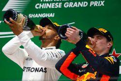 Lewis Hamilton, Mercedes AMG, y Max Verstappen, Red Bull Racing