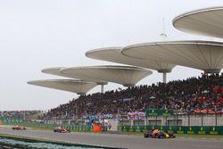 Daniel Ricciardo, Red Bull Racing RB13, leads Kimi Raikkonen, Ferrari SF70H, and Sebastian Vettel, F