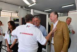 Paul Stoddart, Chase Carey, Director del grupo Fórmula Uno y Sean Bratches, Director de operaciones