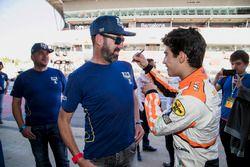 Sergio Sette Camara, MP Motorsport signe le T-Shirt d'un bénévole de la FIA