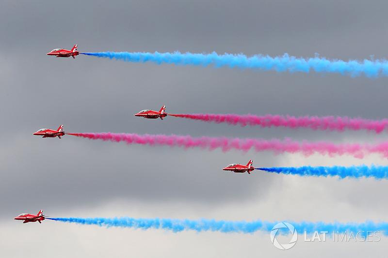 Red Arrows gösteri uçuşu
