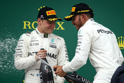 Valtteri Bottas, Mercedes AMG F1 y carrera ganador Lewis Hamilton, Mercedes AMG F1 celebra en el pod