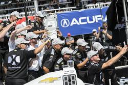 Simon Pagenaud, Team Penske Chevrolet celebrates Verizon P1 pole award
