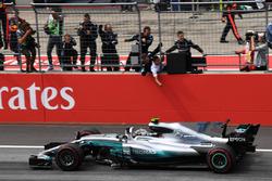 Il vincitore della gara Valtteri Bottas, Mercedes AMG F1 F1 W08 taglia il traguardo