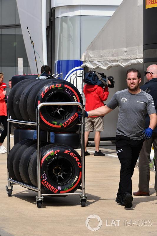 Механік McLaren із шинами Pirelli