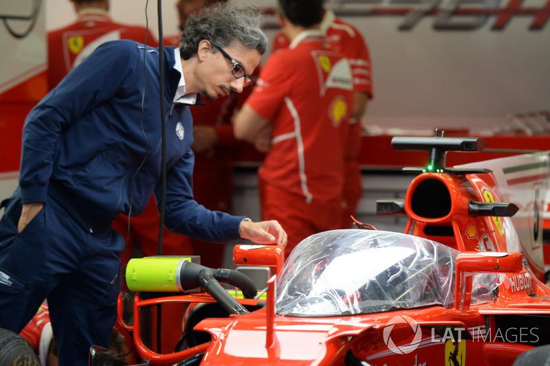 Laurent Mekies, Director de seguridad de la FIA ve el Ferrari SF70-H con el escudo cabina
