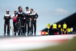Kamui Kobayashi, Toyota Gazoo Racing, durante il track walk
