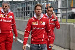Sebastian Vettel, Ferrari, Maurizio Arrivabene, Ferrari director del equipo y Riccardo Adami, Ferrari ingeniero de carrera caminan por el circuito