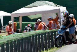 Jonathan Rea, Kawasaki Racing ve a Chaz Davies, Ducati Team después de accidente
