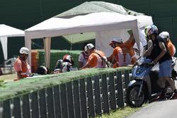 Jonathan Rea, Kawasaki Racing sees how Chaz Davies, Ducati Team is after crash