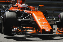 Stoffel Vandoorne, McLaren MCL32, lifts a wheel whilst turning