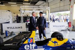 Riccardo Patrese, Karun Chandhok accanto a una FW14 Renault