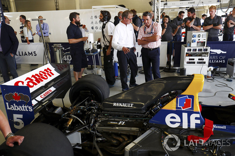 Nigel Mansell and Dickie Stanford stand next to a Williams FW14