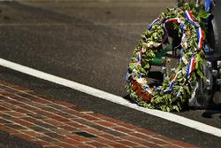 Takuma Sato, Andretti Autosport Honda, op de finishlijn met de Borg-Warner Trophy