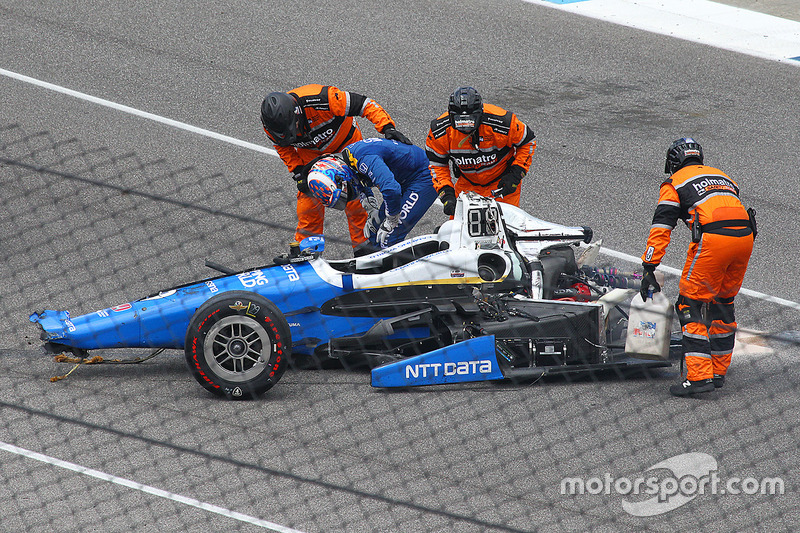 Scott Dixon, Chip Ganassi Racing Honda, stapt uit na een zware crash