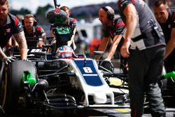 Romain Grosjean, Haas F1 Team VF-17, in de pitstraat