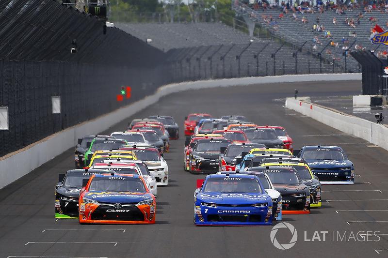Elliott Sadler, JR Motorsports Chevrolet y Erik Jones, Joe Gibbs Racing Toyota bandera verde