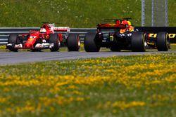 Daniel Ricciardo, Red Bull Racing RB13, passeert terwijl Sebastian Vettel, Ferrari SF70H, spint