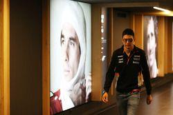 Esteban Ocon, Force India, met portret Ayrton Senna