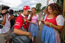 Sebastian Vettel, Ferrari e delle ragazze in abito tradizionale austriaco