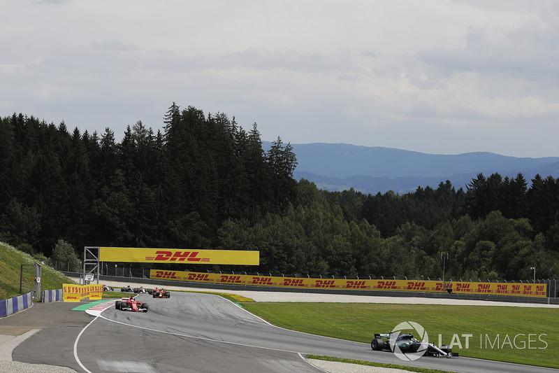 Валттери Боттас, Mercedes AMG F1 W08, Себастьян Феттель, Ferrari SF70H, и Даниэль Риккардо, Red Bull