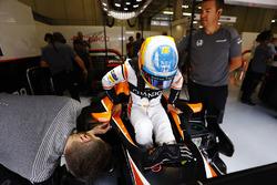 Fernando Alonso, McLaren, sistema il suo sedile