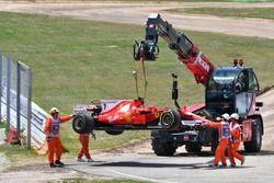 El coche de Kimi Raikkonen, Ferrari SF70H en una grúa