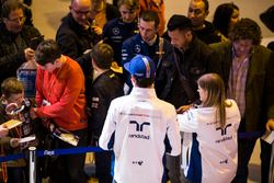 Lance Stroll, Williams, gibt Autogramme