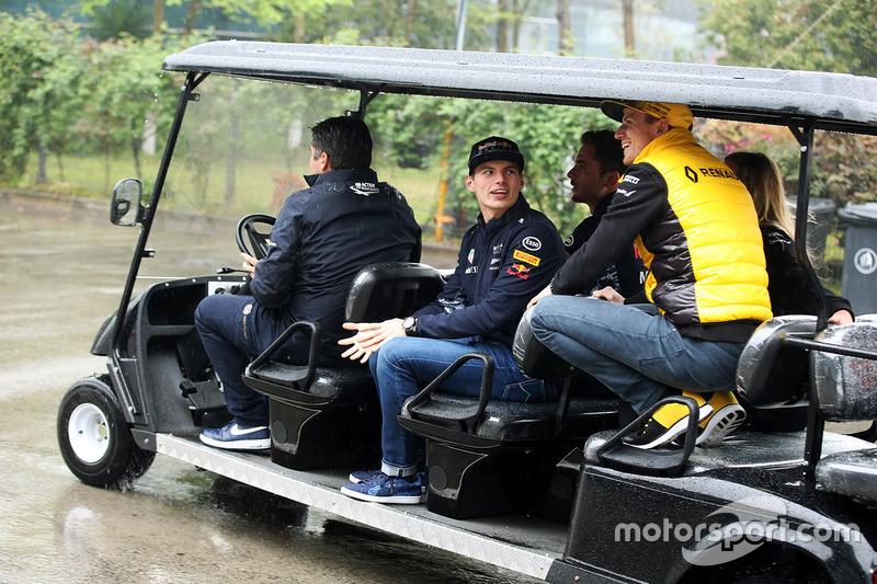 Max Verstappen, Red Bull, parla con Nico Hulkenberg, Renault Sport F1 Team