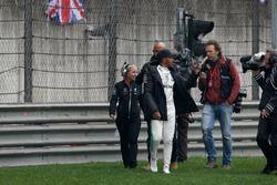 Lewis Hamilton, Mercedes AMG, attraversa la pista per intrattenere i tifosi e raccoglie una bandiera britannica
